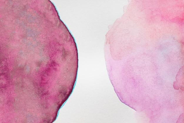 Salpicos violetas fortes e desbotados de tinta aquarela
