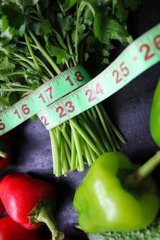 Salsa orgânica fresca, tomate, pimentão vermelho, pimentão verde, erva-doce, endro e pepino com vista superior do centímetro verde, conceito de dieta