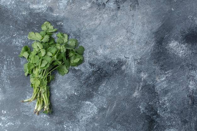 Salsa verde fresca sobre fundo de mármore.