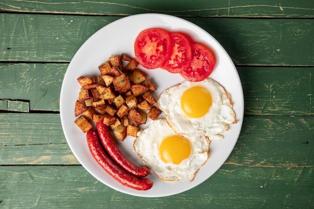 Salsicha assada com ovos e batata