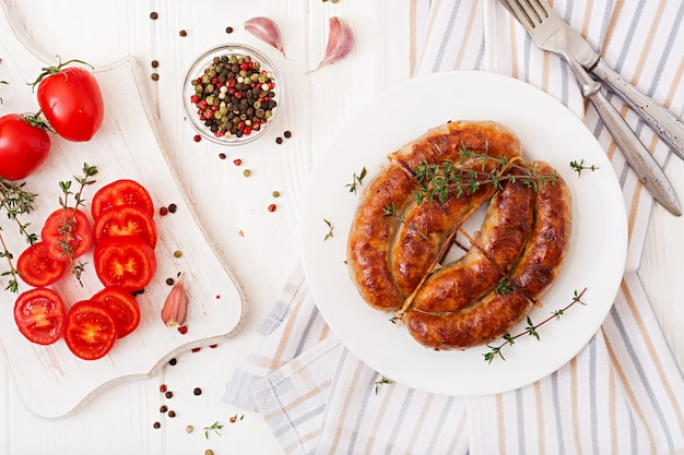 Salsicha caseira assada num prato branco. dia de ação de graças. vista do topo