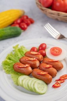 Salsicha, colocada em um prato branco.