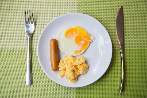 Salsicha com ovo pequeno-almoço conjunto - conceito de comida de pequeno-almoço