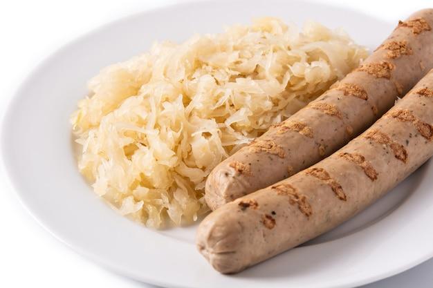 Salsicha de bratwurst e chucrute isolado no fundo branco