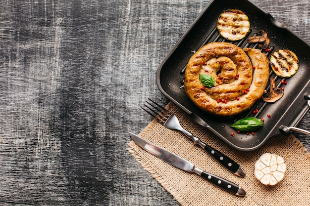 Salsicha de caracol saborosa enfeite com pimenta vermelha e manjericão