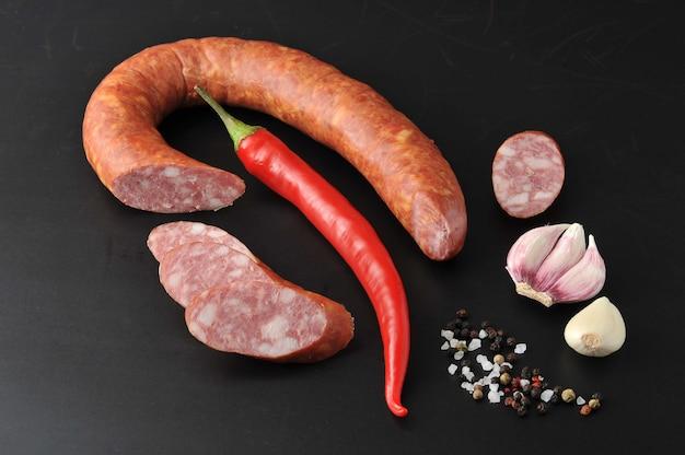 Salsicha de cracóvia com pimenta vermelha e especiarias