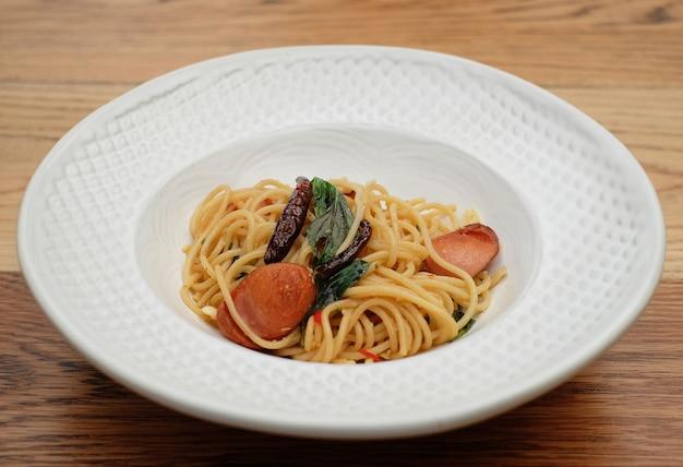 Salsicha de espaguete com pimentão e manjericão