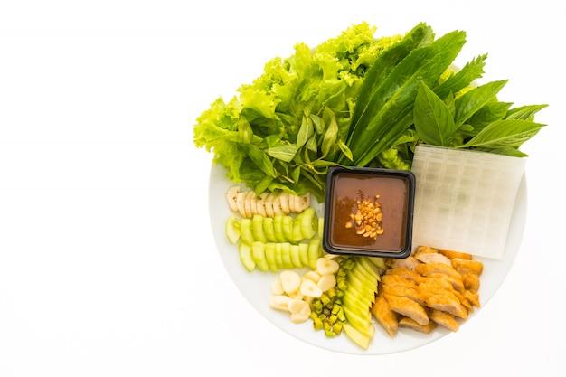 Salsicha de porco vietnamita e salada