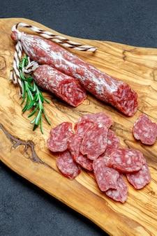 Salsicha de salame orgânico seco na tábua de madeira