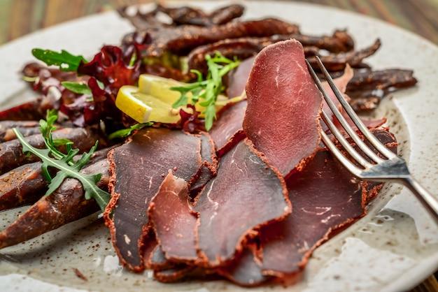 Salsicha defumada carne despejo salsicha de pepperoni espasmódica, comida saudável e saborosa.