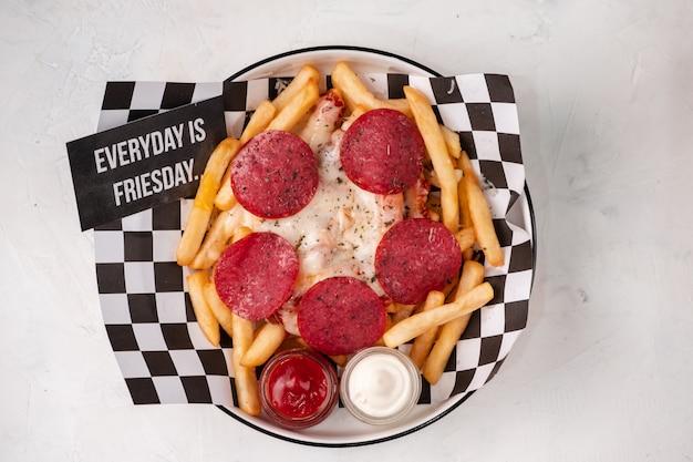 Salsicha frita com batatas fritas e queijo