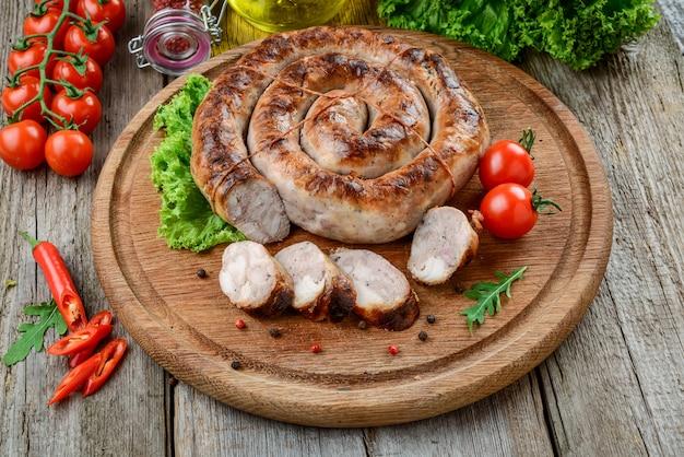Salsicha frita em casa, comida saborosa e saudável