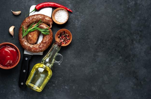 Salsicha frita em espiral com especiarias em uma faca de carne