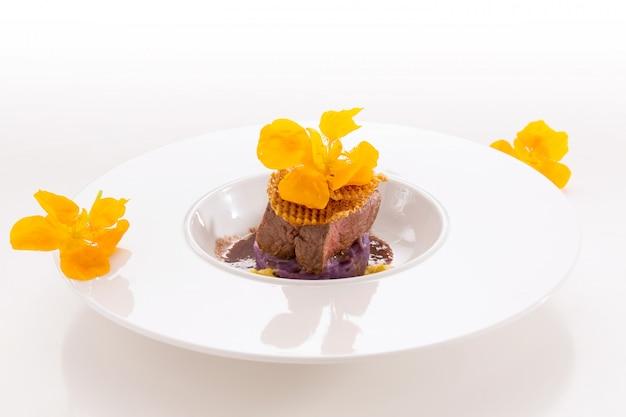 Salsicha gourmet com carne vermelha e chagas amarelas