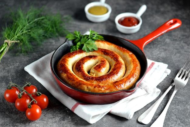 Salsicha grelhada em frigideira de ferro fundido