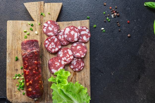 Salsicha pedaços de carne toucinho toucinho bovino ou porco, refeição curada ou defumada lanche na mesa copie espaço
