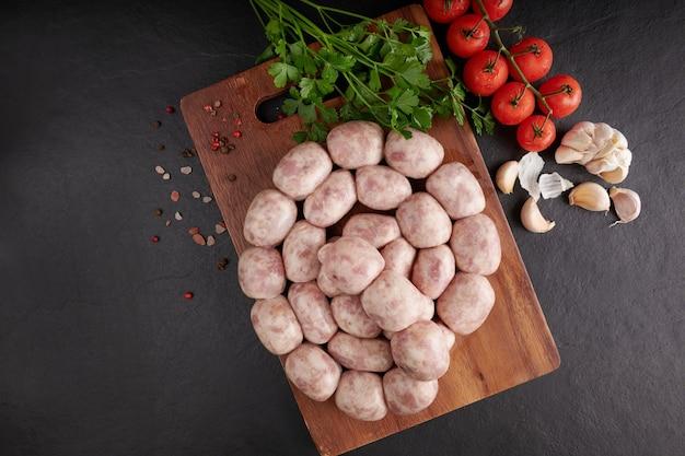 Salsicha tailandesa de isaan. salsichas e-sarn, salsichas azedas caseiras com ervas tailandesas, vegetais (sai krawk e-san).