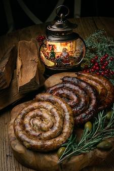 Salsichas alemãs de natal em uma mesa de madeira decorada