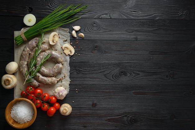 Salsichas caseiras cruas em uma superfície de madeira