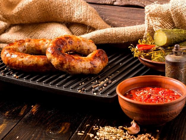 Salsichas caseiras picantes porco e carne salsichas