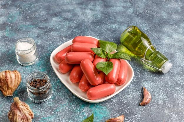 Salsichas com coquetel de frango e carne.