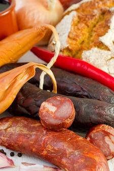 Salsichas com pão e cebola