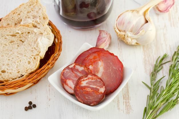 Salsichas com pão e vinho