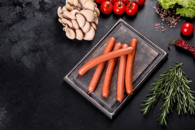 Salsichas cozidas em uma tábua de madeira. alimentos não saudáveis