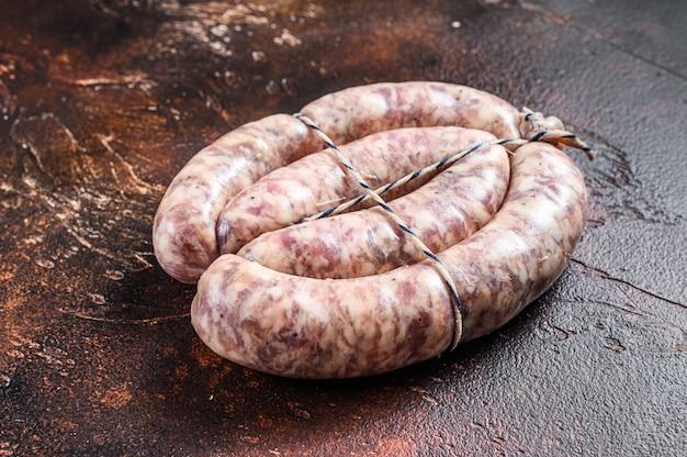 Salsichas cruas de carne de porco e bovina na placa de madeira