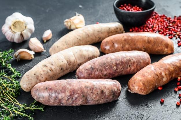 Salsichas cruas frescas sortidas com especiarias