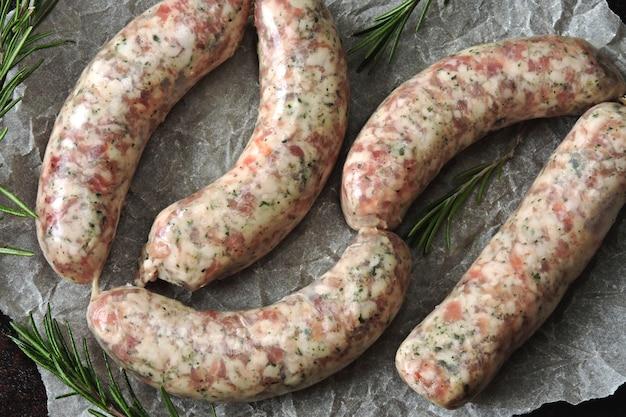 Salsichas cruas para churrasco ou churrasco. salsichas bávaras suculentas crus.