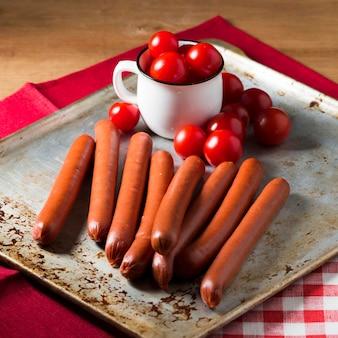 Salsichas de ângulo alto e tomates cereja