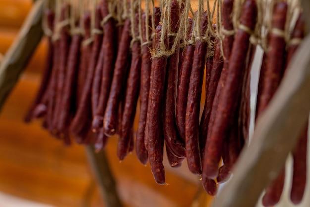 Salsichas de caça tradicionais em cima da mesa. reunião de família para preservação de alimentos, carne de porco e carne de veado de um caçador local.