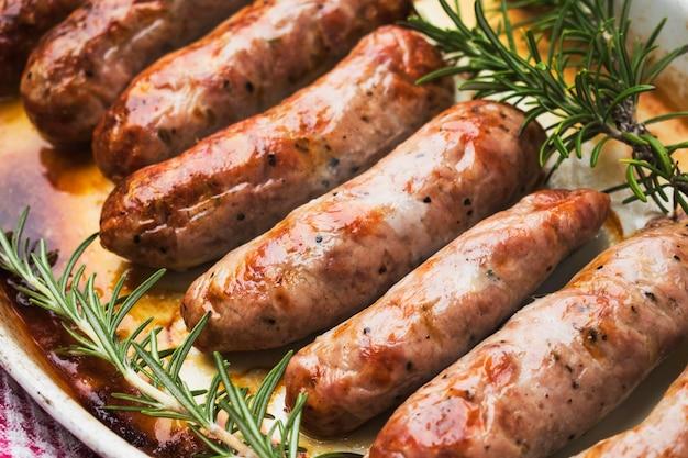 Salsichas de carne assada servidas no prato