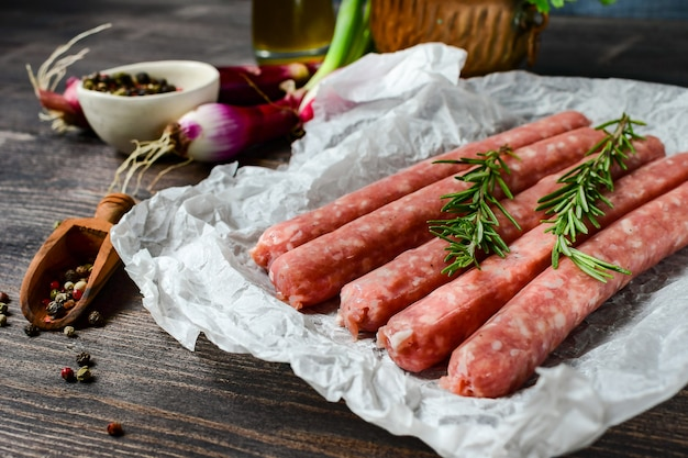 Salsichas de carne crua para churrasco ou cachorro-quente. cebola roxa, sal e pimenta, orégano fresco para marinada. jantar em família grill