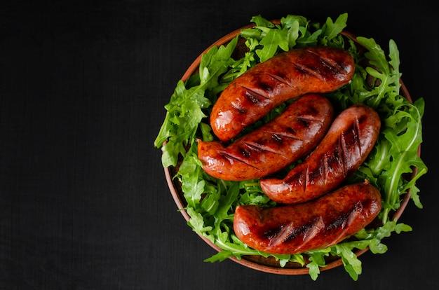 Salsichas de churrasco com rúcula fresca