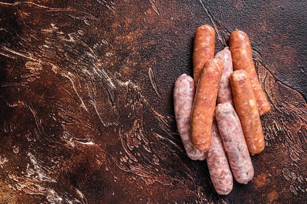 Salsichas de churrasco cruas chouriço e bratwurst com especiarias