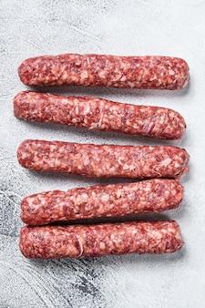 Salsichas de espetinhos de carne bovina crua fresca