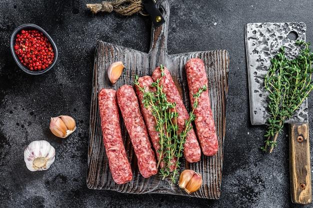 Salsichas de espetinhos de carne crua fresca