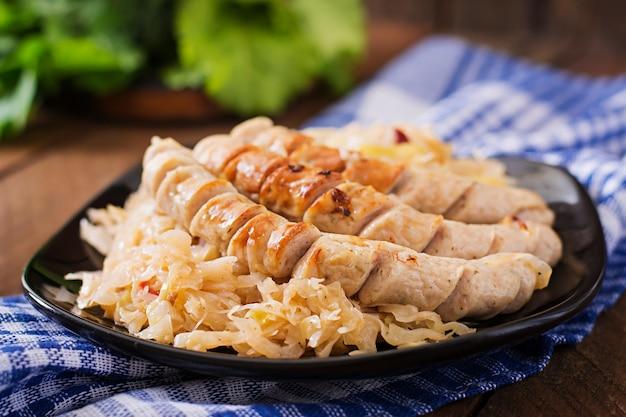 Salsichas de munique com repolho frito