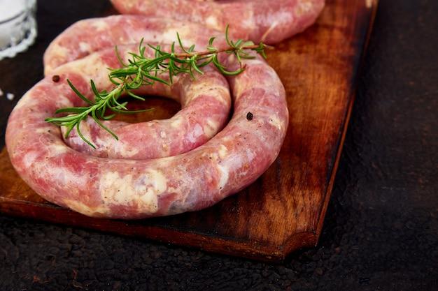 Salsichas de porco cru em espiral com alecrim, sal e peper