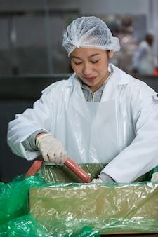 Salsichas de processamento açougueiro feminino