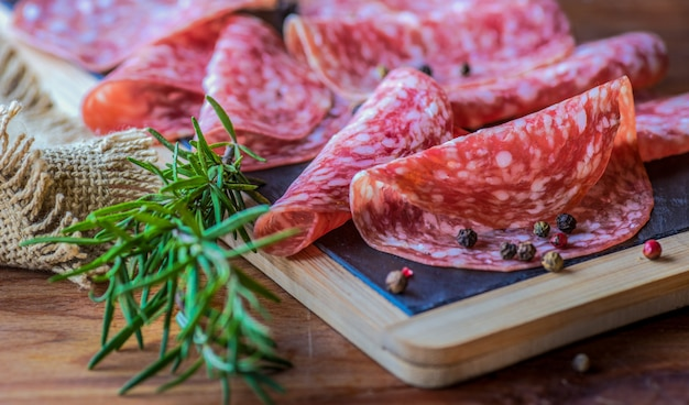 Salsichas de salame fatiadas