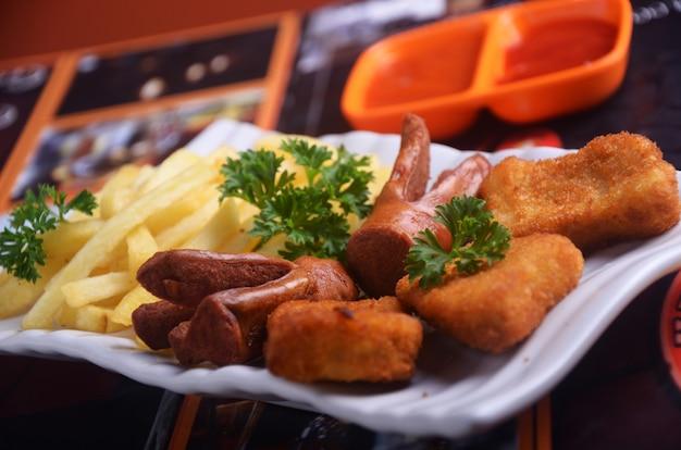Salsichas e batatas fritas lanches indonésios são muito saborosos
