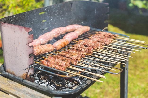 Salsichas e espeto de carne no braseiro