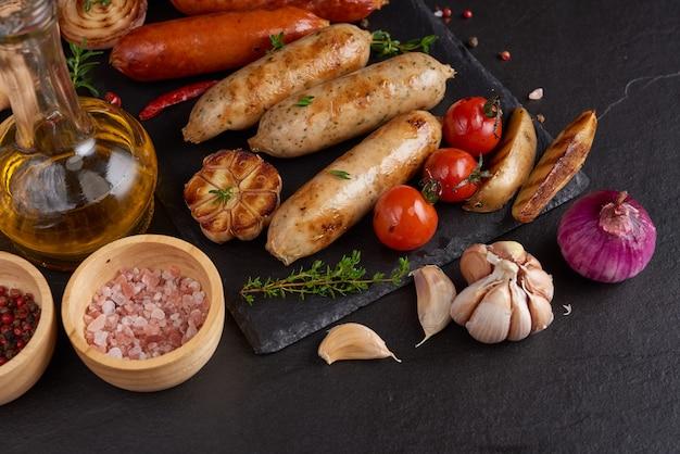 Salsichas e ingredientes para cozinhar. linguiça grelhada com adição de ervas e especiarias