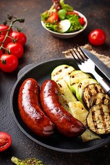 Salsichas e legumes grelhados