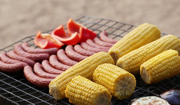Salsichas e legumes na grelha