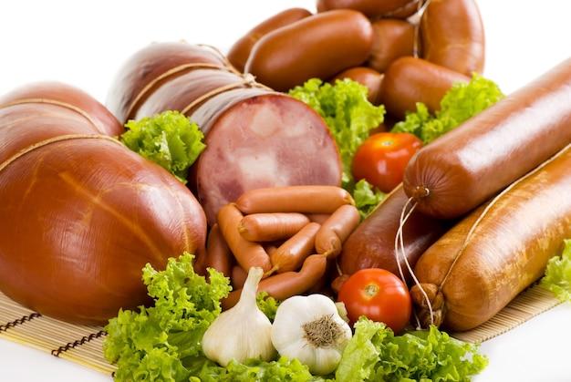 Salsichas e presunto com alface, alho e tomate