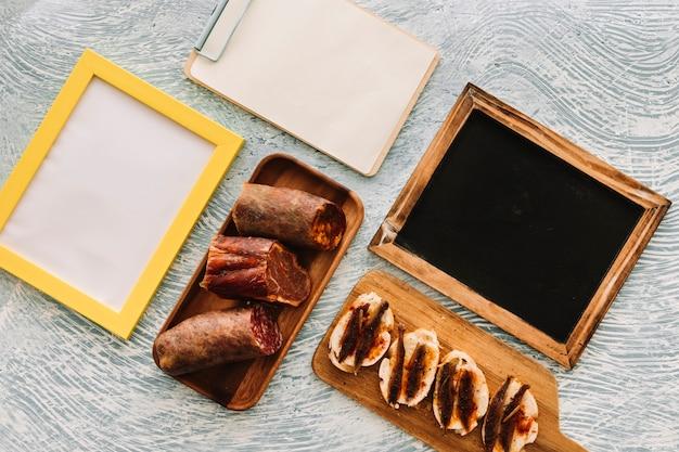Salsichas e sanduíches perto de superfícies vazias